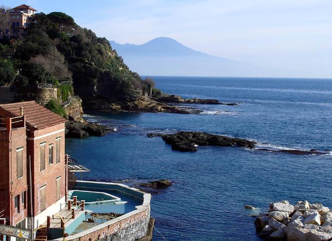Napoli un tuffo dove l 39 acqua pi blu per festeggiare il nuovo anno 2duerighe - Bagno da gigi cecina ...